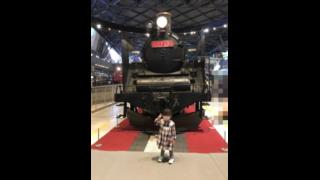 鉄道博物館のSL前でピースする我が子