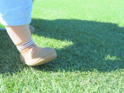 ベビーシューズを履いた赤ちゃんの足