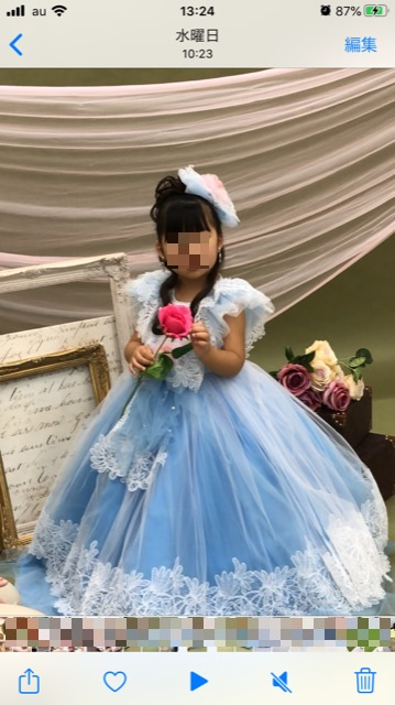 スタジオマリオでドレスを着て撮影する我が子